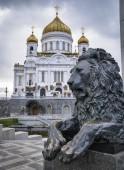 Chiesa Russa e una scultura di Leone di bronzo — Foto Stock