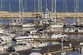 Yates de lujo y barcos en la marina — Foto de Stock