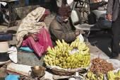 Fruit street sellers at the Uttar Pradesh market — Stock Photo
