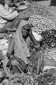 Indische Frau in einen Lebensmittelmarkt — Stockfoto