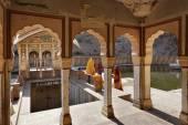 印度妇女在 Galta 印度教寺庙 — 图库照片