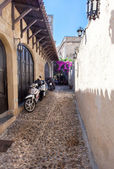 Typical narrow lane in Lindos, Rhodes, Greece — Foto Stock