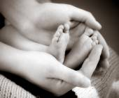 Leg newborn little baby in the mothers hands — Stock Photo