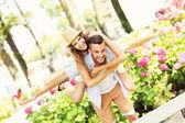 Pareja romántica haciendo superpuesto en el parque — Foto de Stock