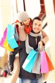 Happy couple shopping in the city — Stock Photo
