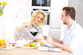Happy couple eating breakfast — Stock Photo