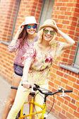 Vrienden tandem fiets — Stockfoto