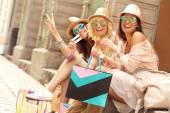 Freunde, die Ruhe nach dem Einkaufen — Stockfoto