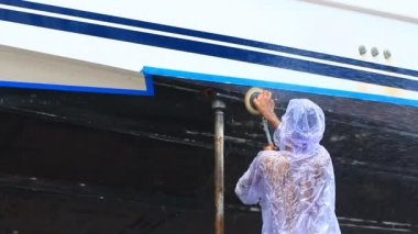 Boat Maintenance remove old bottom paint from boat hull — Stock Video