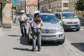 Two policemen prescribed fee for parking on the street — Стоковое фото