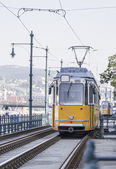 In tram giallo lungo le rotaie — Foto Stock