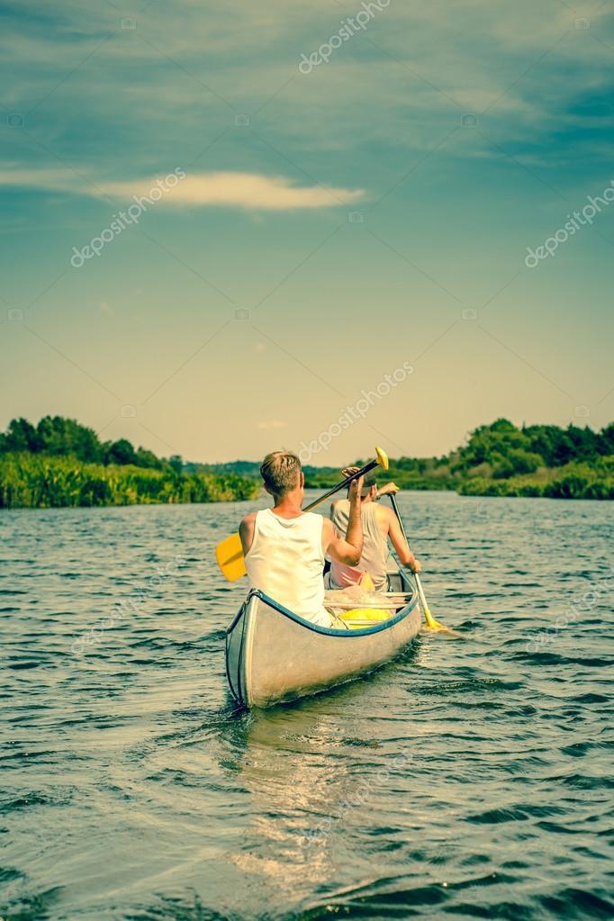 мы услышали по реке проплыла лодка