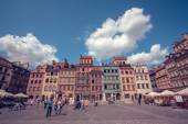 Old town marketplace square with colorful houses and outdoor cafes in Warsaw, Poland — Stock Photo