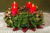 Corona de adviento con las velas encendidas — Foto de Stock