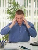 Stressad affärsman med huvudvärk — Stockfoto