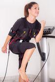 женщина упражнения на электро стимуляции машина — Стоковое фото