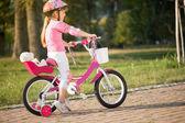 Retrato de una muchacha divertida juguetona en un casco de seguridad color rosa en ella — Foto de Stock