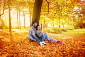 Happy couple in love  in autumn park — 图库照片
