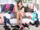 Nada de usar o conceito, a jovem mulher decidir o que vestir — Fotografia Stock