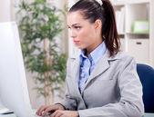 オフィスで若いビジネス女性 — ストック写真