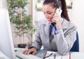 事業コンセプト - オフィスに電話で話している実業家 — ストック写真