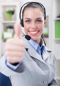 職場でのヘッドセットで電話オペレーターをサポートします。 — ストック写真
