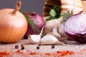 Close up of garlic, onion fresh herbs on  wooden board — Stok fotoğraf