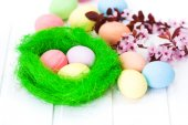 Easter eggs in green nest — Stock Photo