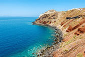 Colorful rocky shore on Santorini island, Greece — Stock Photo