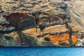 Colorful layers of caldera's inner wall, Santorini — Stock Photo
