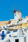 Windmill and apartments in Oia, Santorini, Greece — Stock Photo
