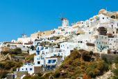 Windmills and apartments in Oia village, Santorini — Stock Photo