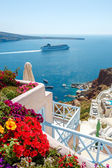 Flowers, buildings and cruise ship in Oia, Santorini — Stock Photo