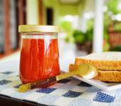 Jar of strawberry jam and toasts — Stock Photo