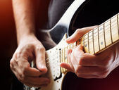 Cara tocar guitarra. close-up vista — Fotografia Stock