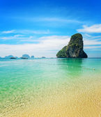 Clear water and blue sky. Phra Nang beach, Thailand — Stock Photo
