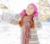 Retrato de inverno do jovem de chapéu de pele — Fotografia Stock