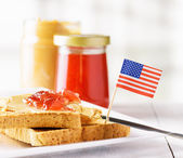 Toast met pindakaas en strawberry jam — Stockfoto
