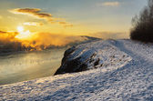 Winter landscape. River flowing in highlands — Stockfoto
