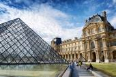The view of the Passage Richelieu and the Pyramid of the Louvre, — Stock Photo
