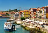 The Douro River and Colorful facades of old houses on embankment — Stockfoto