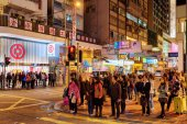 Pedestrians on streets of night city Hong Kong — Stock Photo