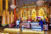 Golden Buddha statues in the interior of the Ten Thousand Buddha — Stock Photo