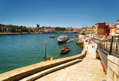 View of the Douro River and embankment in Porto, Portugal. — Stockfoto