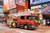 Firefighters arrived on the challenge to the shopping mall of Ho — Stock Photo