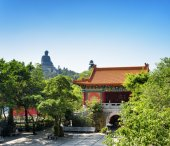 Courtyard of the Po Lin Monastery and the Tian Tan Buddha in the — Stock Photo