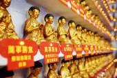 Diferentes estatuas de Buda de oro pequeños en el interior de los diez — Foto de Stock
