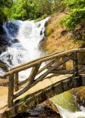 Wooden bridge over the gorge and the Datanla waterfall in Da Lat — Stock Photo