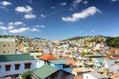 Mnoho krásných barevných domků Da Lat City (Dalat) na blu — Stock fotografie
