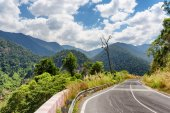 Bend of road and a beautiful view of the mountains around Da Lat — Stock Photo
